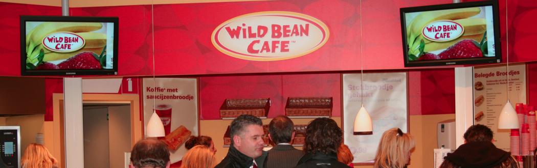 Wat doe je als je onderweg bent en moet tanken en honger hebt? Dan heb je genoeg keuze bij een Wild Bean Café!